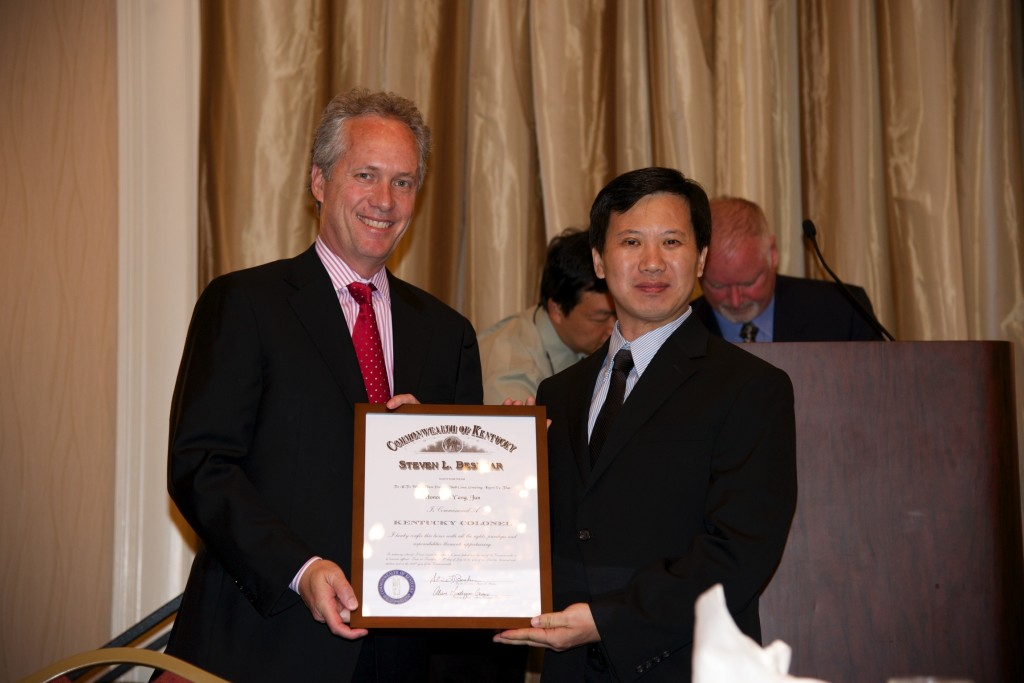 Louisville Mayor Greg Fischer presents Kentucky Colonel  to GM Yang Jun