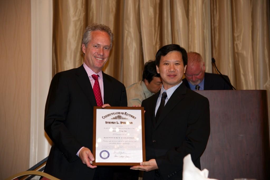 Louisville Mayor Greg Fischer presents Kentucky Colonel  to GM Yang Jun